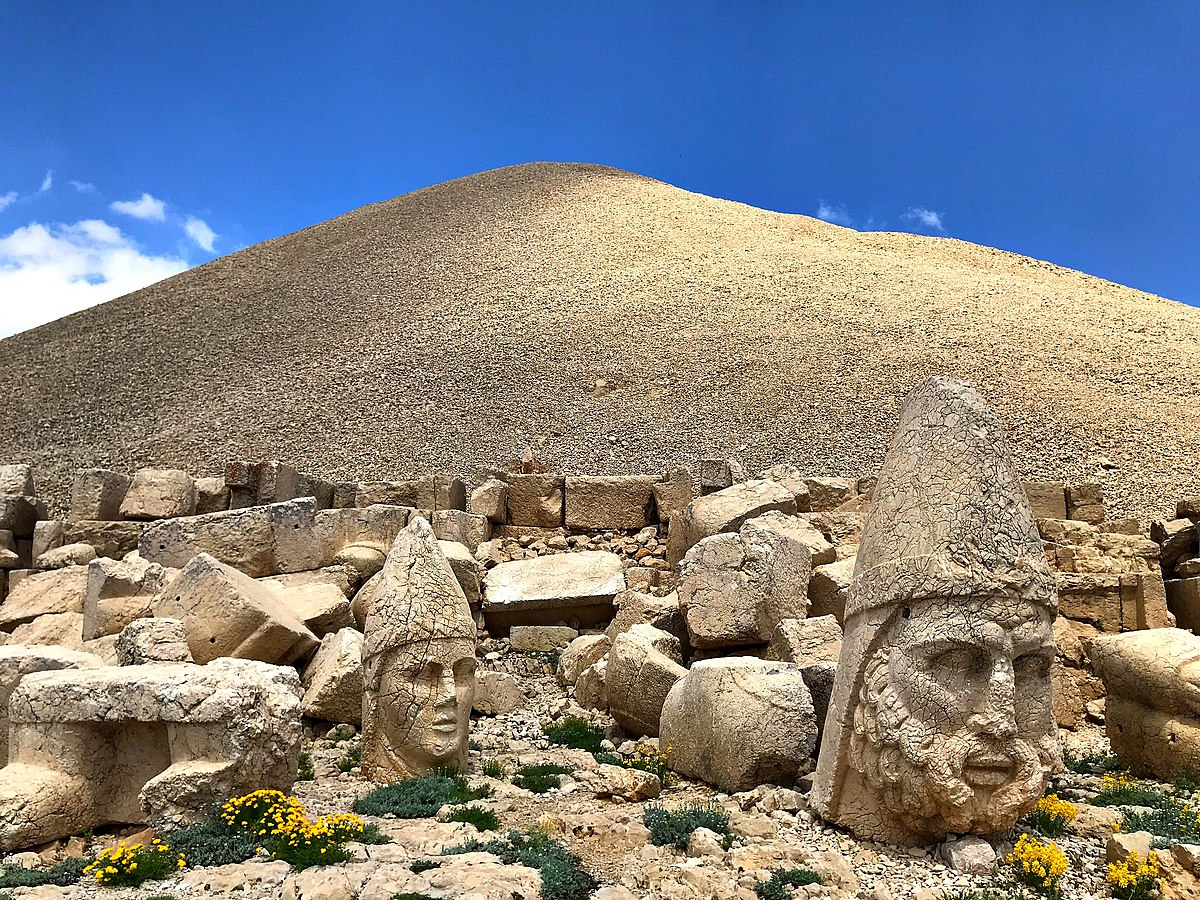 1200px-Nemrut_mountain_and_blue_sky